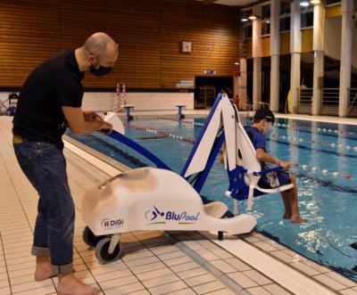 La piscine Ar Poull-neuial est équipée d'un fauteuil de mise à l'eau pour les personnes en situation de handicap