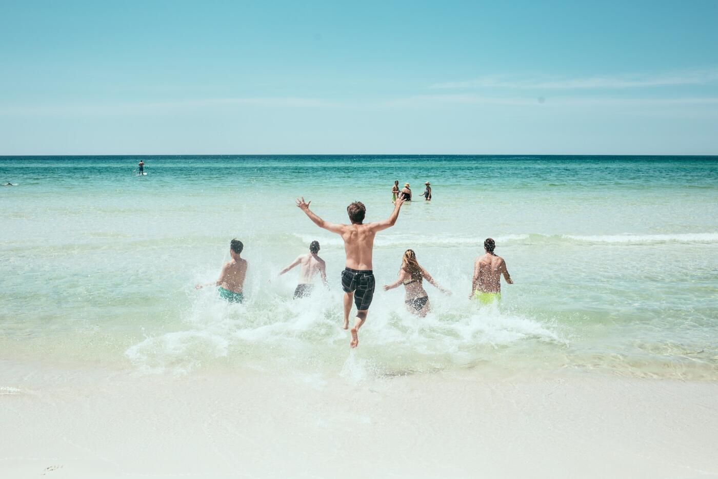 jeunes qui se jettent à la mer à la plage